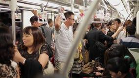 SHANGHAI, CHINA - 06 Sep 2013: De mensen reizen op de bezige metro tijdens ochtendspitsuur in Shanghai, China stock footage