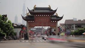 SHANGHAI, CHINA, Sep 11 - 2013 - Ingang bij traditionele commerciële oude straat in de stad van Shanghai, China stock footage