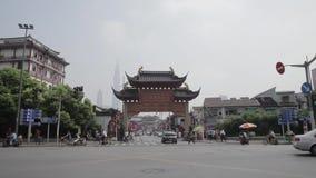SHANGHAI, CHINA, Sep 11 - 2013 - Ingang bij traditionele commerci?le oude straat in de stad van Shanghai, China stock videobeelden