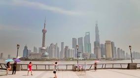 SHANGHAI - China, 10,2013 Sep: TimelapseHyper-beweging van Shanghai Pudong die van de Dijk wordt bekeken stock video