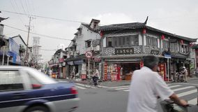 SHANGHAI, CHINA, Sep 11 - 2013 - traditionele commerci?le oude straat in de stad van Shanghai, China stock videobeelden