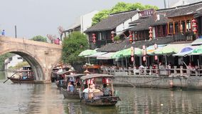 Shanghai China 9. September 2013, Chinas traditionelle touristische Boote an Stadt Shanghais Zhujiajiao mit Boot und historische  stock video