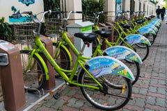 SHANGHAI, CINA - aprile 2017: Bycicle pubblico verde Fotografia Stock Libera da Diritti