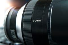 SHANGHAI, CINA - APRILE 2018: la lente mirrorless di Sony A7 RII Colpo costante ottico della macchina fotografica di Sony fatto c fotografia stock