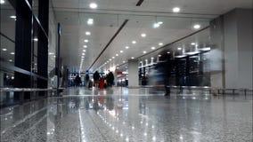 Shanghai, Cina - 20 febbraio 2019: Punto di vista di Timelapse della gente che si muove nell'aeroporto internazionale di Pudong,  video d archivio