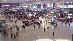 Shanghai, Cina - 15 gennaio 2018: I passeggeri aspettano i treni nella stazione ferroviaria di Shanghai Hongqiao ? il pi? grande stock footage