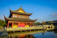 SHANGHAI, CINA - 29 GENNAIO 2017: Il bello cinese tradizionale Zhouzhuang interno individuato costruzioni innaffia la città Fotografie Stock