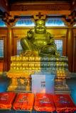 SHANGHAI, CINA - 29 GENNAIO 2017: L'altare religioso con la grande statua dorata di Buddha ha concentrato sopra, Jing interno ind Fotografie Stock Libere da Diritti