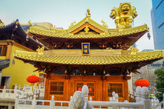 SHANGHAI, CINA - 29 GENNAIO 2017: La bella costruzione di legno del tempio con il tetto dorato ha individuato il ` interno di Jin Immagini Stock