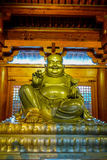 SHANGHAI, CINA: L'altare religioso con la grande statua dorata di Buddha ha concentrato sopra, ` interno individuato di Jing un d Fotografia Stock Libera da Diritti