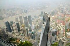 SHANGHAI, CINA - 6 MAGGIO 2017: La vista aerea del centro finanziario del mondo di Shanghai nel distretto Cina di Pudong sopra pu Immagine Stock Libera da Diritti