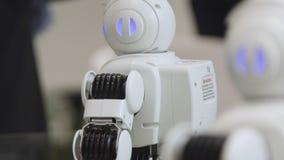SHANGHAI - 28 DE JUNHO DE 2018: Um robô pequeno com rosto humano e corpo - humanoid Close up de um robô autônomo bonito do serviç fotografia de stock royalty free