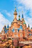 Shanghai Disneyland är en berömd turist och en populär familjferiedestination i Kina arkivfoto