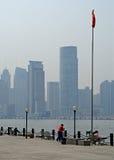 Shanghai-Flussufer mit Markierungsfahne stockfotografie
