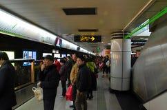 Shanghai folks fyrkantig plattform för station för drev för gångtunnel Arkivbilder