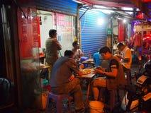 Shanghai gatamat på natten Arkivbilder