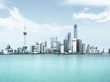 Shanghai horisont i solig dag Royaltyfri Bild