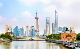 Shanghai horisont med moderna stads- skyskrapor Royaltyfri Foto