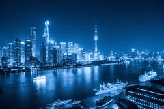 Shanghai horisont på natten med blåttsignal arkivfoto