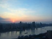 Shanghai horisont under en ranesolnedgång Arkivbilder