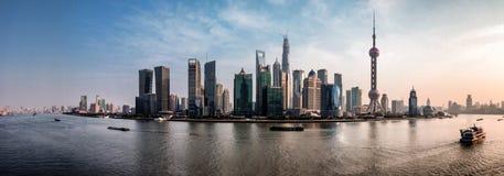 Shanghai horisont vid dag Arkivfoto