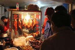 SHANGHAI - JANUARI 01: mensen die bij de kiosk met voedsel wachten Royalty-vrije Stock Fotografie