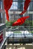 Shanghai Kerry Center e ragazza immagini stock libere da diritti