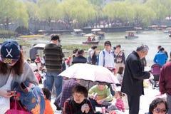 SHANGHAI KINA, APRIL 2017 - det Shanghai folket har utomhus- på inkommande sommar för solig dag Fotografering för Bildbyråer