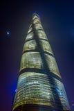 SHANGHAI KINA: Berömt Shanghai torn som sett från botten, spektakulär fasad och blåttnatthimmel Royaltyfri Bild
