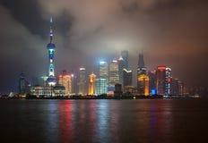 Shanghai Kina - 2012 11 25: Den klassiska sikten av de berömda skyskraporna av Shanghai Shanghai är en av den huvudsakliga affäre Royaltyfri Bild