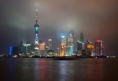 Shanghai Kina - 2012 11 25: Den klassiska sikten av de berömda skyskraporna av Shanghai Shanghai är en av den huvudsakliga affäre Royaltyfria Foton