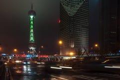 Shanghai Kina - 2012 11 25: Den klassiska sikten av de berömda skyskraporna av Shanghai Shanghai är en av den huvudsakliga affäre Royaltyfri Fotografi