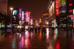 Shanghai Kina - 2012 11 25: Fot- gata i i stadens centrum Shanghai nära Bundstranden Många gångare och shoppingcente Arkivbild