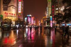 Shanghai Kina - 2012 11 25: Fot- gata i i stadens centrum Shanghai nära Bundstranden Många gångare och shoppingcente Arkivfoto