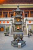 SHANGHAI KINA - 29 JANUARI, 2017: Den högväxta metallmonumentet lokaliserade på plaza inom Jing ` en tempelgrannskap som var trad Arkivfoto