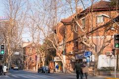 SHANGHAI KINA - JANUARI 28, 2017: gammal byggnad på vägsida in fotografering för bildbyråer