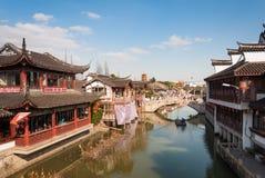 SHANGHAI KINA - JANUARI 14, 2017: Nyligen återställda byggnader in Arkivfoton