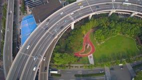 SHANGHAI KINA - MAJ 5, 2017: Flyg- sikt av föreningspunkten för Nanpu brohuvudväg, modern arkitektur stock video