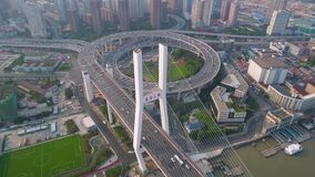 SHANGHAI KINA - MAJ 5, 2017: Flyg- sikt av föreningspunkten för Nanpu brohuvudväg, modern arkitektur arkivfilmer