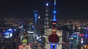 SHANGHAI KINA - MAJ 5, 2017 flyg- surrvideo, upplyst berömd pudong för nattetid cityscape lager videofilmer