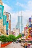 SHANGHAI KINA - MAJ 24, 2015: Härlig sikt av den Shanghai gatan Arkivbilder