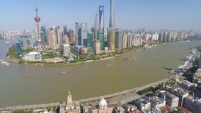 SHANGHAI KINA - MAJ 5, 2017: Video för flyg- sikt, Huangpu River för affärsskycreapershorisont bro stock video