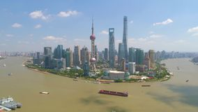 SHANGHAI KINA - MAJ 5, 2017: Video för flyg- sikt, Huangpu River för affärsskycreapershorisont bro lager videofilmer