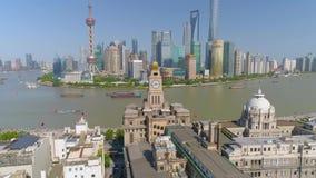 SHANGHAI KINA - MAJ 5, 2017: Video för flyg- sikt, Huangpu River för affärsskycreapershorisont bro arkivfilmer