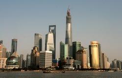 Shanghai Kina - May 20 2016: härlig shanghai bund som beskådas från Huangpu River i skymningen, inklusive många berömd gränsmärke Arkivbilder