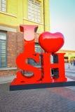 SHANGHAI KINA: Modern konst i stadsgator, röda konstnärliga bokstäver som uttrycker förälskelse för Shanghai Arkivbild