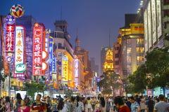 Shanghai Kina Nanjing väg som shoppar Distict Cityscape Arkivfoto