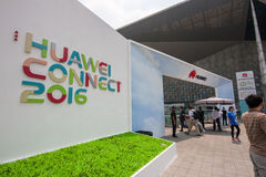 SHANGHAI KINA - SEPTEMBER 2, 2016: Närvarande personer av Huawei förbinder Arkivfoto