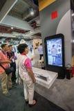 SHANGHAI KINA - SEPTEMBER 2, 2016: Närvarande personer av Huawei förbinder Arkivbilder