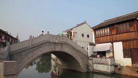 Shanghai Kina-September 09 2013, Zhujiajiao den forntida staden kallade Shanghai Venedig arkivfilmer
